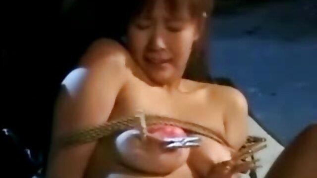 ¡La adolescente Kimber Lee te mira fijamente mientras te chupa la polla! bilatinmen en español